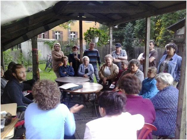 Pierwsze spotkanie mieszkańców osiedla przy ul. Borki. Fot. Ewa Waszut - koordynatorka programu organizowania społecznościowego.