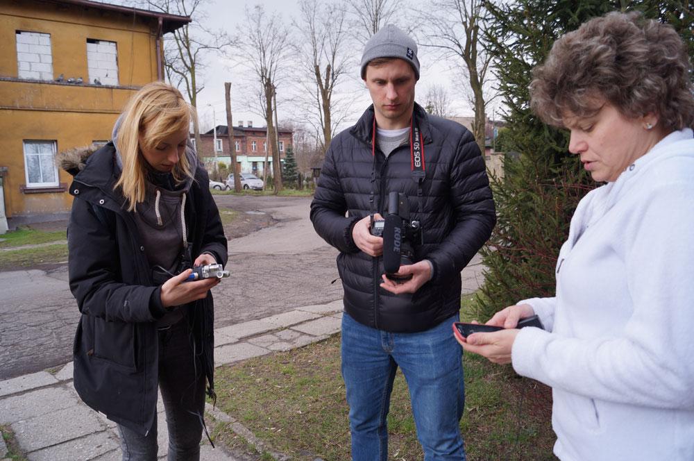 Studenci UŚ w trakcie kręcenie dokumenty na osiedlu Borki / fot. AM / InfoKatowice.pl